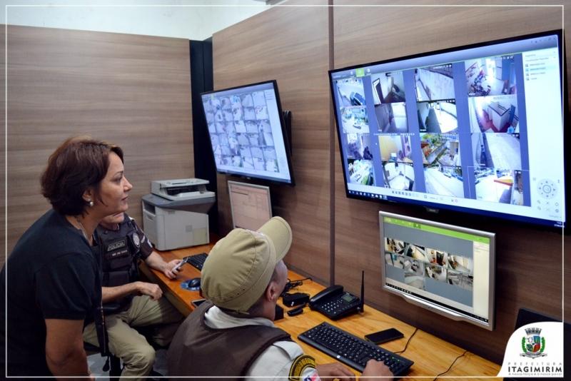 Prefeita Devanir Brillantino visita a central de monitoramento. (Ascom-Itagimirim)