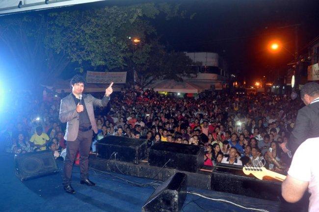Cerca de 4,5 mil pessoas participaram, na noite de 30/06, do show do cantor Samuel Mariano, que aconteceu na praça da Caixa d´Água, no bairro Frei Calixto. (Foto: ASCOM)
