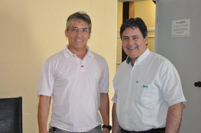 Secretário de Meio Ambiente de Eunápolis, Mauro Borges, e o Consultor de Relações com as Comunidades da Veracel Celulose, Pedro Cardoso. (Divulgação)