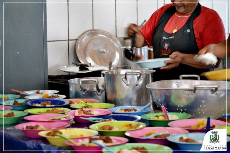 A alimentação dos alunos da Escola Adilson obedece a um rigoroso padrão de qualidade e higiene para atingir o objetivo principal, que é fortalecer e auxiliar no processo de aprendizagem de Tempo Integral. (ASCOM)