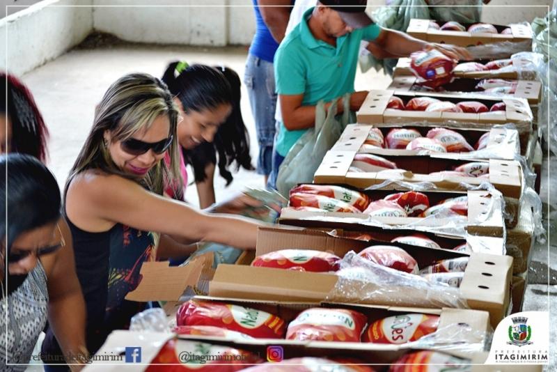 Cerca de 4.500 kg de frango foram distribuídos para a população de Itagimirim. (Ascom-Itagimirim)