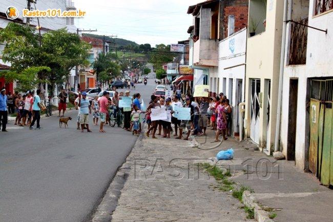 Com cartazes, manifestantes ficaram na porta do escritório local. (Foto: Rastro101)