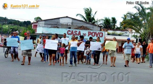 Moradores se reuniram na Praça Castro Alves e saíram em caminhada até a porta do escritório da Embasa em Itagimirim. (Foto: Gil Rocha)