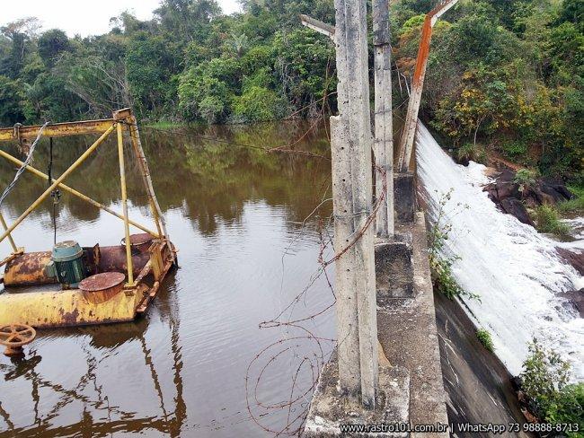 Chuvas fizeram a represa transbordar. (Foto: Rastro101)