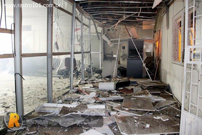 Explosão fez um grande estrago na agência do Bradesco. (Foto: Rastro 101)
