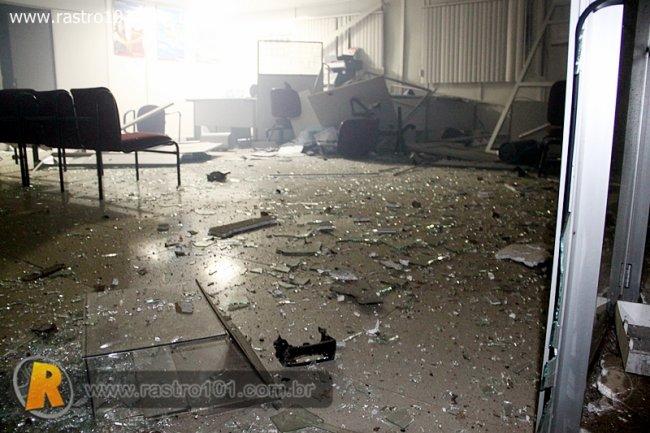 Vidros e pedaços de madeira ficaram espalhados por toda a agência. (Foto: Rafael Amaral / Rastro 101)