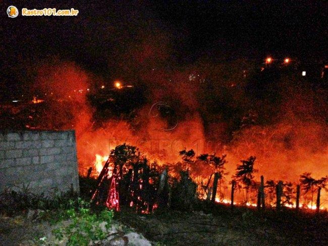 Chamas se aproximaram de residências em Itagimirim. (Foto: Rastro101)