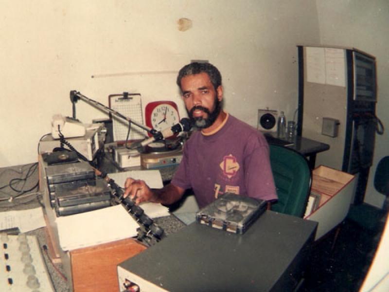 Ronaldo Santana criticava a administração do prefeito Paulo Dapé em seu programa de rádio. (Imagem: Reprodução)
