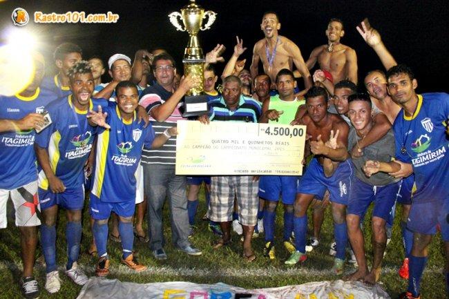 Equipe Rondon venceu o campeonato e recebeu a premiação das mãos do prefeito Rogério Andrade. (Foto: Rastro101)
