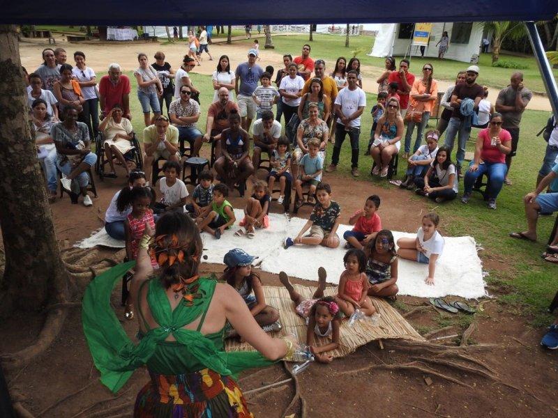 As crianças puderam viajar no mundo sonoro dos pássaros na tenda de contação de histórias com a lenda indígena Mãe da Lua e o Bacurau (ASCOM/VERACEL)