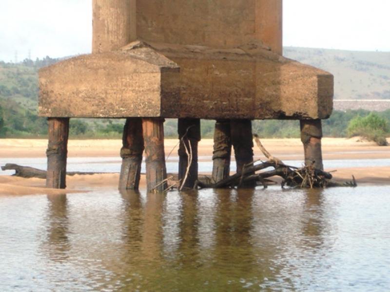Aspecto da base da ponte. (Foto: Arnaldo Alves / ItapebiAcontece)