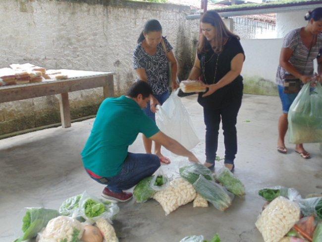 Wanderleia participou da entrega dos alimentos oriundos do PAA – Programa de Aquisição de Alimentos e ficou extremamente contente quando fez pessoalmente, acompanhada de sua equipe as entregas dos alimentos às famílias contempladas, na sede do CRAS. (ASCOM)