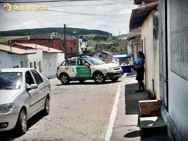 Veículo do Google foi visto na Rua Carlos Gomes, próximo à praça Castro Alves em Itagimirim. (Foto: Rastro101)