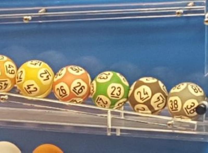 A única pessoa que acertou as seis dezenas (23-24-26-38-42-49) levou sozinha R$ 289.420.865,00. (Reprodução/G1)