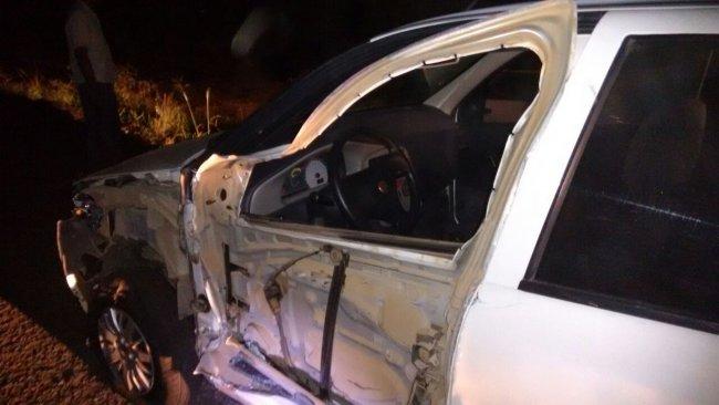 Caminhoneiro percebeu assalto e jogou caminhão sobre veículo de suspeitos. (Foto: Rastro101)