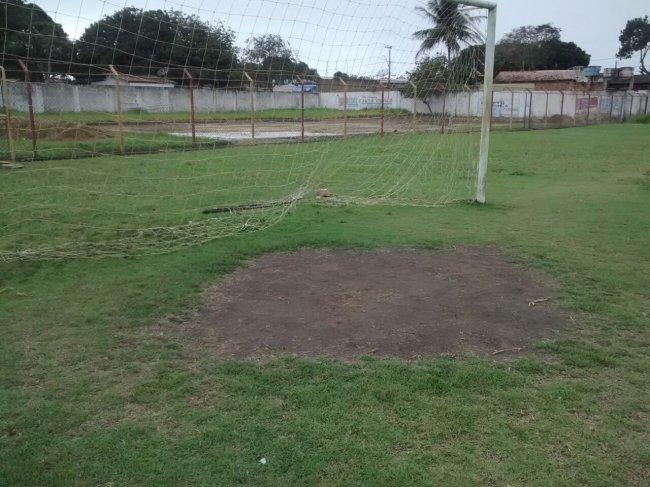 Campo com buracos no gramado. (Foto: Internauta/Rastro101)
