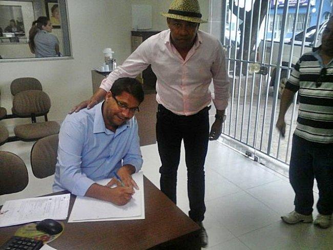 Prefeito de Itagimirim Rogério Andrade ao lado do presidente da Câmara de Vereadores Derisvaldo Bonfim. (Foto: ASCOM)