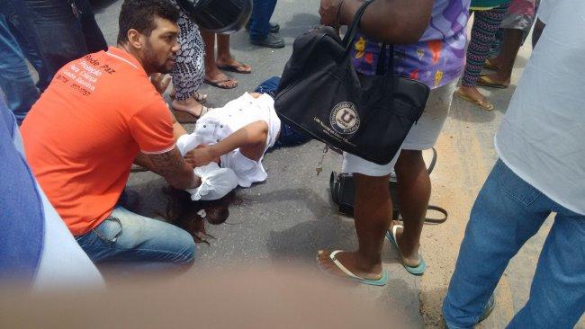 Moradores protegeram a vítima do sol até a chegada do socorro médico. (Foto: Emanoel Cesar)