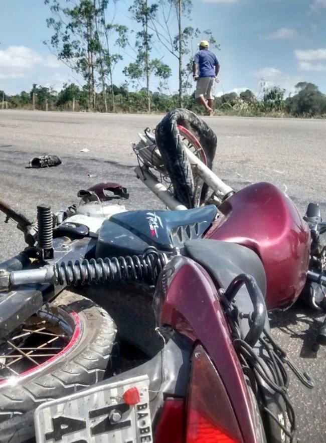 Choque entre moto e caminhão deixa uma pessoa morta em Itabela.