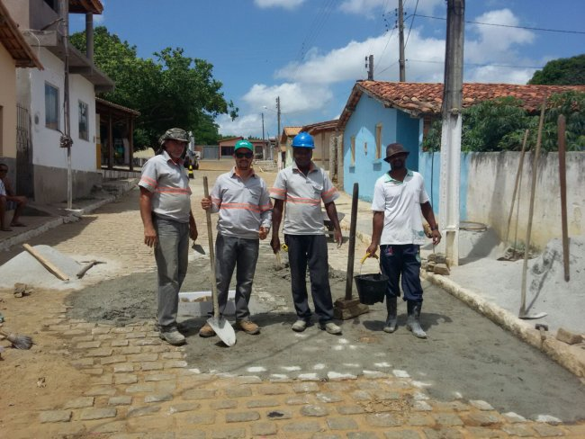 Os reparos em calçamentos foram feitos na rua Presidente Getúlio Vargas e terá continuação em outras vias de União Baiana na próxima quinta-feira (24). (Divulgação)
