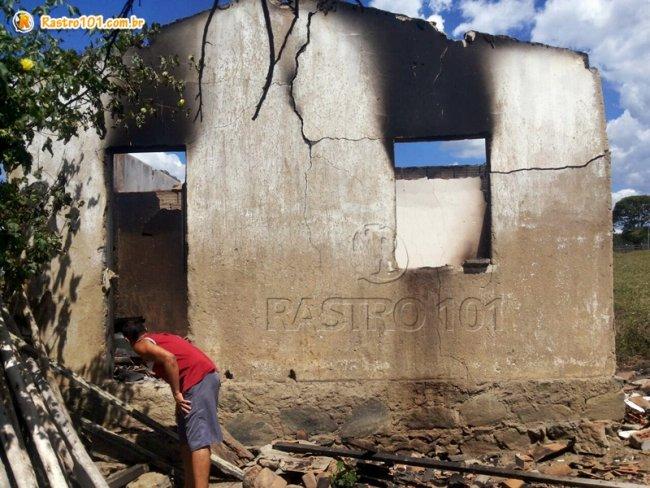 Idosa morre em incêndio. Casa fica totalmente destruída. (Foto: Rastro101)