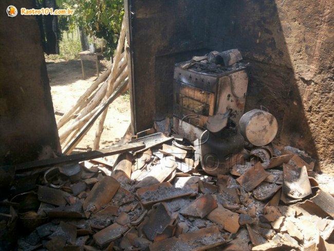 Botijão ainda está na cozinha da casa que ficou completamente destruída. (Foto: Rastro101)