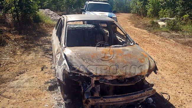 Veículo roubado de policial foi totalmente incendiado por bandidos. (Rastro101)