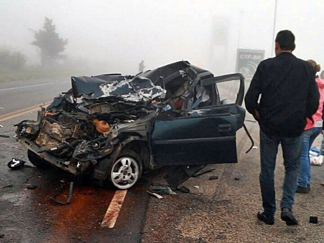 Veículo ficou totalmente destruído com o impacto. (Foto: Internauta/Rastro101)