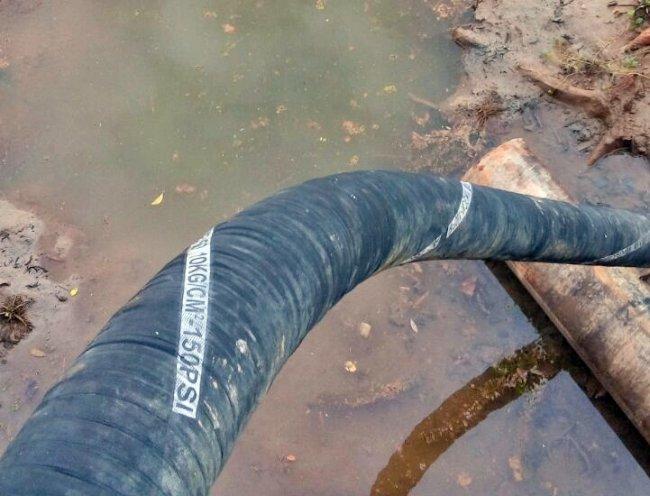 Bomba está quase na lama e água está com excesso de manganês. (Divulgação)