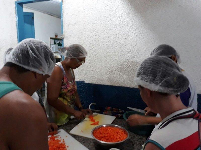 Servidores públicos se mobilizaram para preparar os alimentos doados para as pessoas atingidas pelas chuvas (ASCOM)