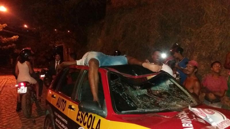 Ciclista foi arremessado para o alto e caiu em cima do teto do carro. (Reprodução: Namidia News)