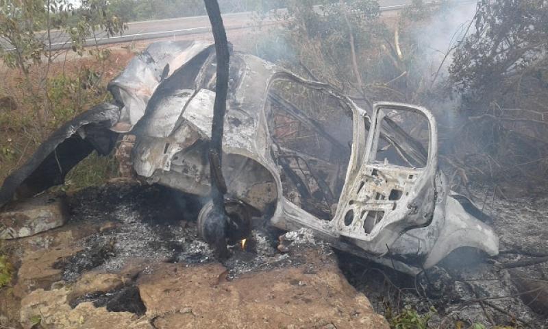 Cinco pessoas estavam no veículo que ficou totalmente destruído. (Reprodução)