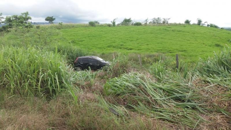 Carro caiu em matagal na cidade de Potiraguá. (Imagem: Blog do Edyy)