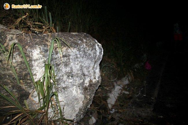 Condutor perdeu o controle e bateu em uma enorme pedra. (Foto: Rastro101)