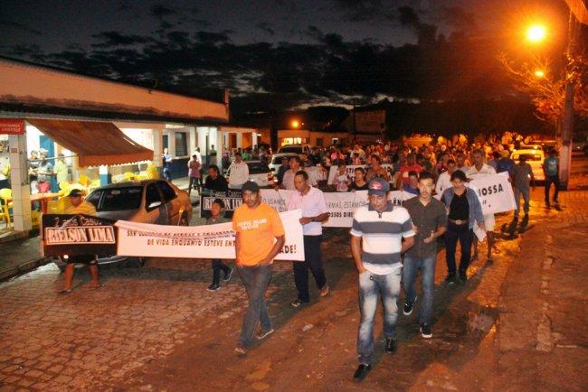 familiares e amigos fizeram uma caminhada silenciosa por várias ruas de Itagimirim. (Foto: Polly Alves/Rastro101)