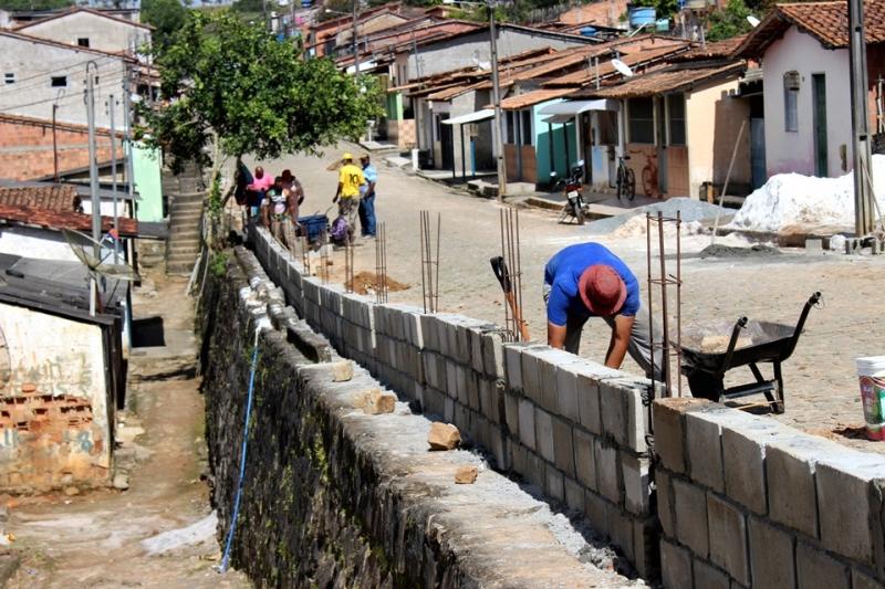 Mureta de proteção sendo construída na Rua Marechal Rondon. (ASCOM-PMI/Divulgação)