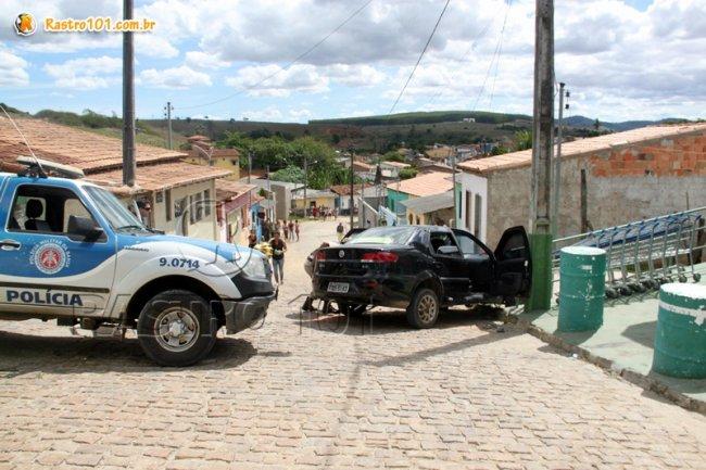 Bandidos perderam a direção do veículo e bateram contra um poste durante perseguição. (Foto: Rastro101)