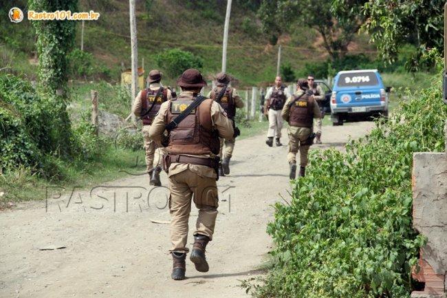 Diversos policiais realizam buscas no local. (Foto: Rastro101)