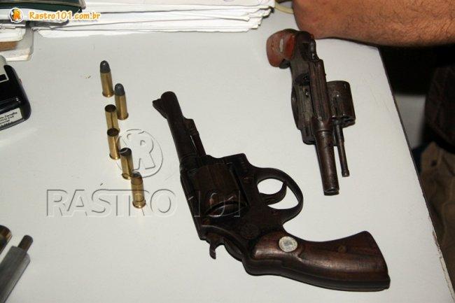 Revólver calibre 32 e calibre 38 que estavam com os criminosos.
