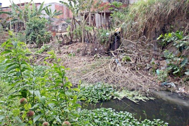 O Rio Limoeiro recebe grande quantidade de esgoto que são despejados diretamente nas águas que cortam a cidade. (Foto: Rastro101)