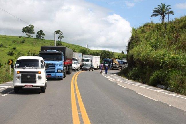 Rodovia foi bloqueada por cerca de 40 minutos. (Foto: Arnaldo Alves/ItapebiAcontece)