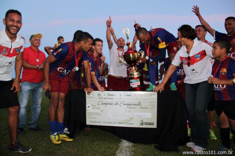 Equipe recebeu troféu das mãos da prefeita Devanir (Divulgação)