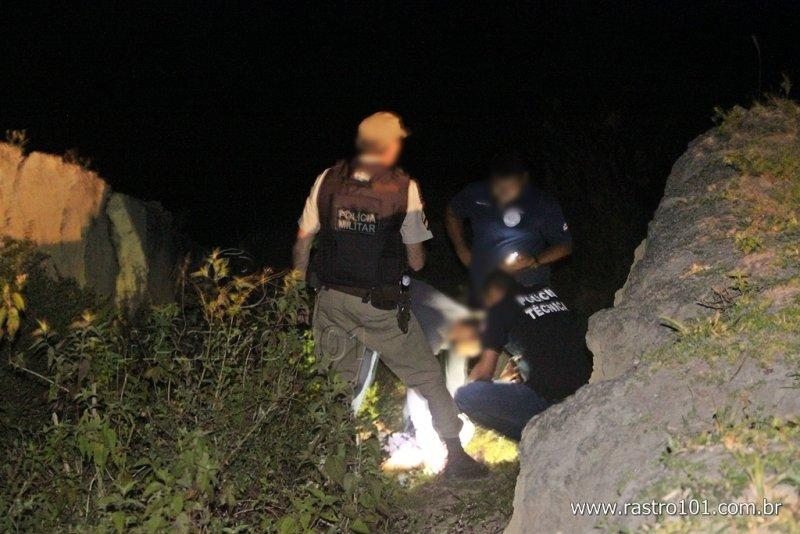 Polícia acha que ela foi morta na parte de cima, depois jogada no buraco (Rastro101)
