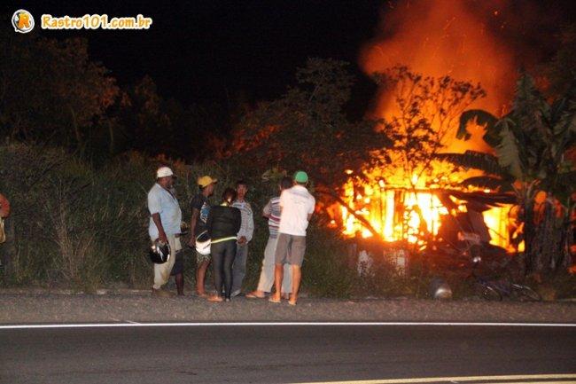Barraco ficou destruído com as chamas. (Foto: Rastro101)