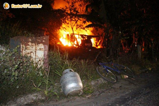 Botijão foi retirado do barraco próximo, mas no que pegou fogo ainda tinha um que corria risco de explodir. (Foto: Rastro101)