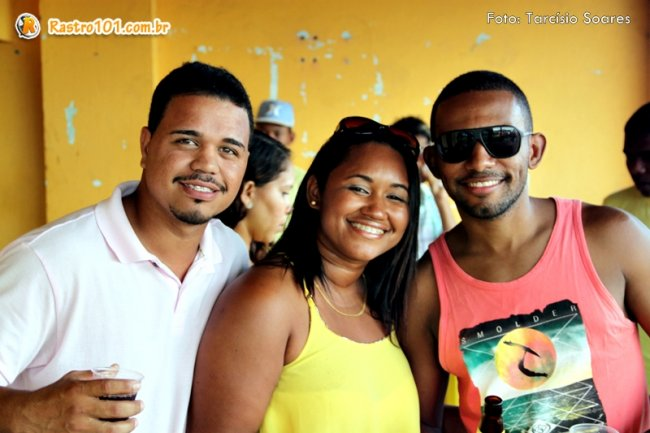 Monik acompanhada de amigos em sua festa de aniversário. (Foto: Tarcísio Soares/Rastro101)
