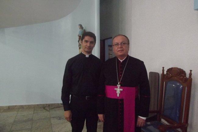 Bispo Diocesano Dom José Edson Santana Oliveira, entregou a provisão ao Padre Klébio Felipe, que assume a paróquia em Itagimirim. (Foto: Divulgação)