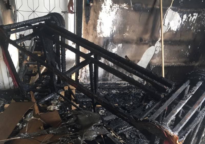 Imóvel foi destruído pelas chamas. (Mapele News)