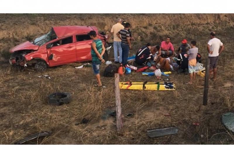 Ocupantes do veículo foram retirados por populares. (Itamaraju Notícias)