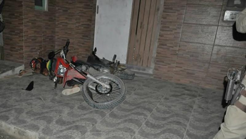 O condutor da moto acabou  se ferindo no acidente. (Foto: Itamaraju Notícias)